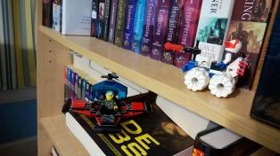 Generic sci-fi LEGOs pressed into service.